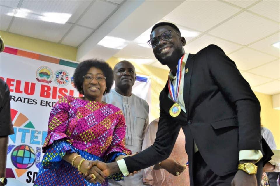 Sola Mathew receiving award from first lady of Ekiti Erelu Bisi Adeleye-Fayemi